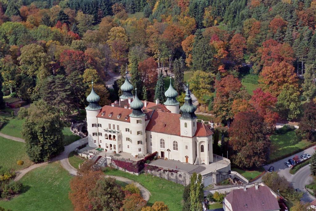 """""""Schloss Artstetten, Luftbild"""" von Arcomonte26 – Eigenes Werk. Lizenziert unter CC-BY-SA-3.0-at über Wikimedia Commons."""